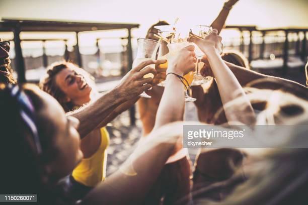 この素晴らしい夏の日に乾杯! - カクテルパーティ ストックフォトと画像