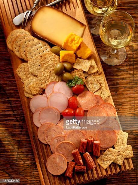 Plateau de viande, de fromage et de vin blanc