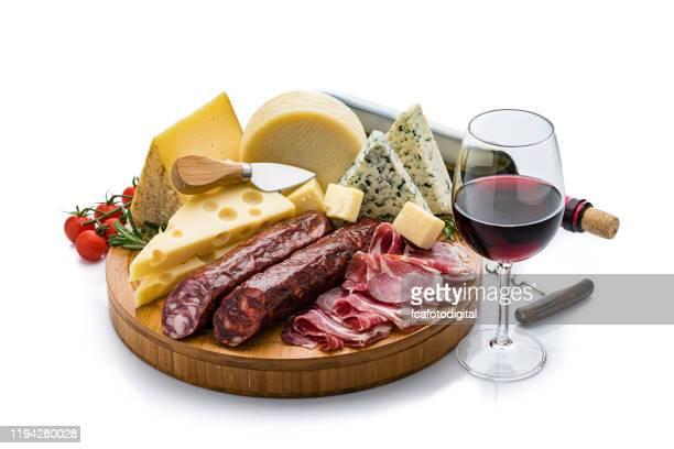 kaas en wijn: kaas, chorizo, serrono ham en rode wijn geïsoleerd op witte achtergrond - kaasplank stockfoto's en -beelden