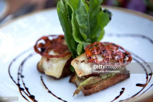 cheese, asparagus and sun-dried tomato bruschetta - course meal stockfoto's en -beelden