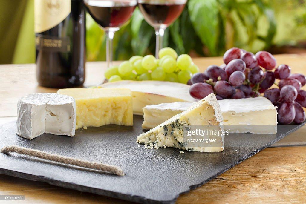 Tabla de quesos y vino tinto : Foto de stock