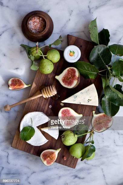 cheese board - kaasplank stockfoto's en -beelden