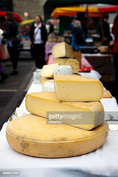 käse-marktstand in borough market - borough market stock-fotos und bilder