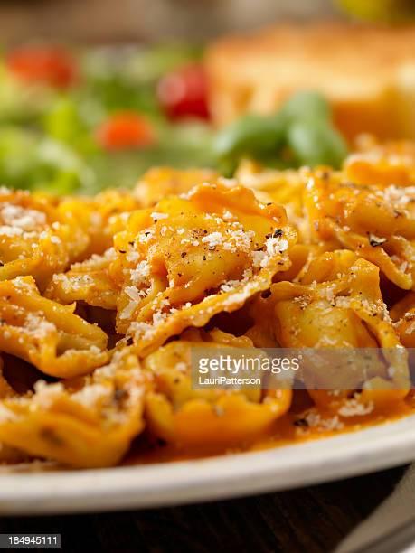 Cheese Tortellini in salsa cremosa di pomodori e basilico