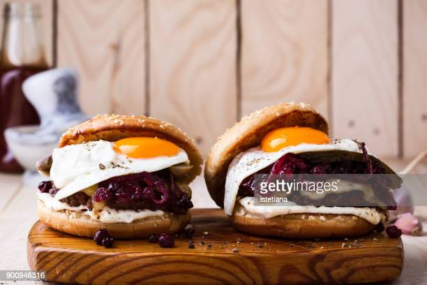 Cheeseburger with caramelized onions, fried egg and aioli