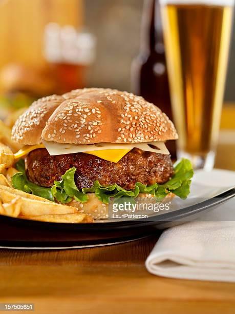 チーズバーガーにはビールとフライドポテト