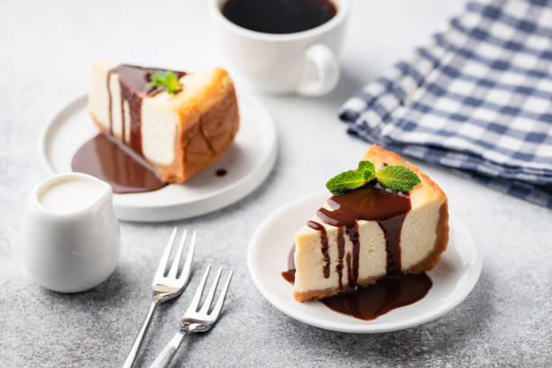 cheesecake with chocolate sauce and cup of coffee - 芝士蛋糕 個照片及圖片檔