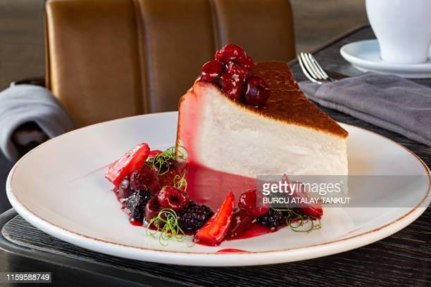 cheesecake with mixed berry sauce - torta di ricotta foto e immagini stock