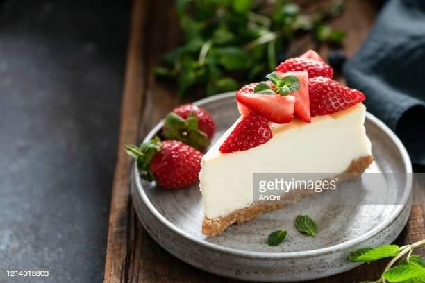 cheesecake with strawberries - torta di ricotta foto e immagini stock