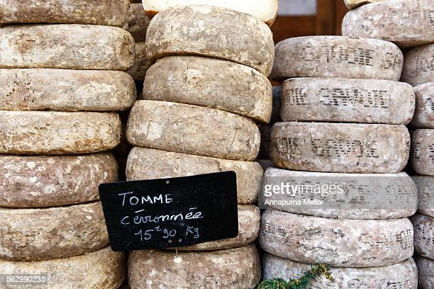 cheeses in the market in les gets, french alps - haute savoie fotografías e imágenes de stock