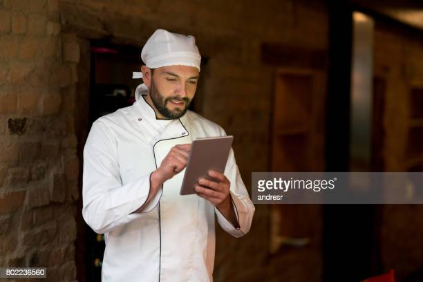 Koch in einem Restaurant mit einem Tabletcomputer