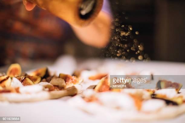 koch bei der arbeit. kochen in der großküche caterer - pfeffer stock-fotos und bilder