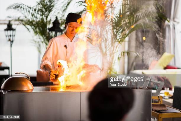 鉄板で肉を焼くシェフ