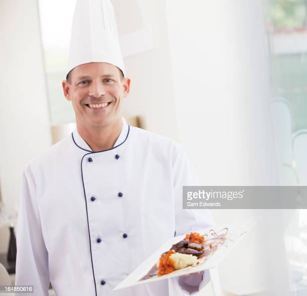 Chefkoch tragen Teller Speisen im restaurant