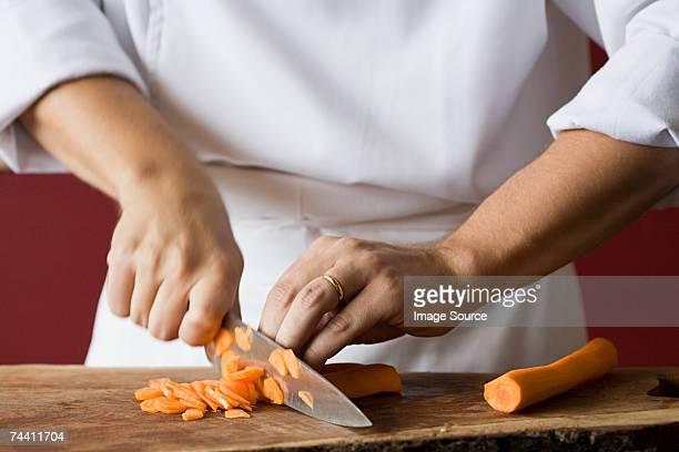 Chef Couper en morceaux de carottes