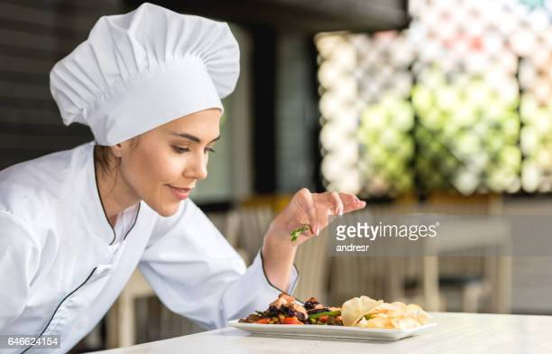 Decoración de un plato en un restaurante del chef