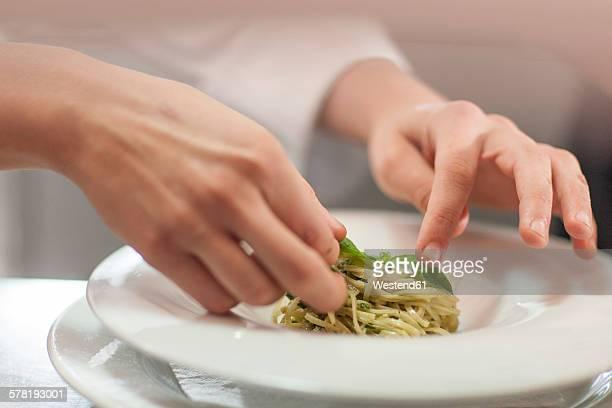chef garnishing plate with food - gourmet küche stock-fotos und bilder