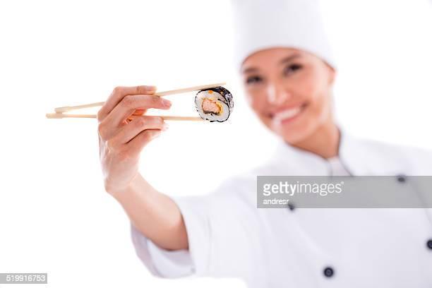 Un Chef tenant des sushis