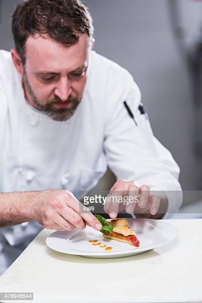 Chef dans un restaurant de distribution des assiettes