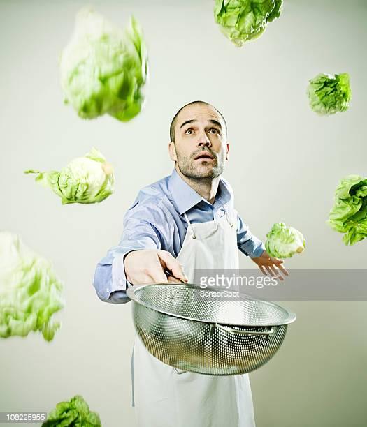 Chefkoch in der Küche mit Salat-überall