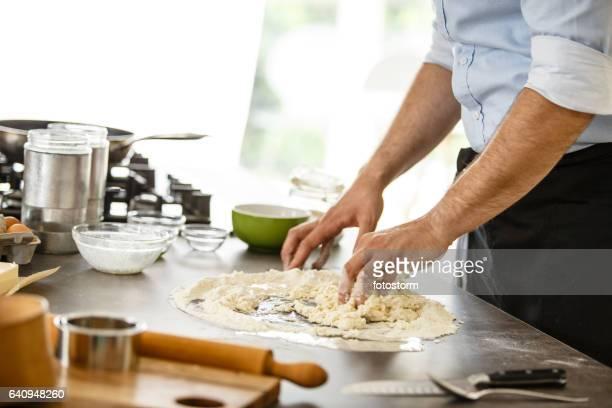 Chef-kok pasta deeg kneden