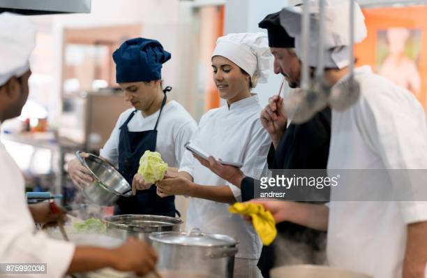 Koch, eine Liste der Zutaten, die gekauft werden müssen und sein team