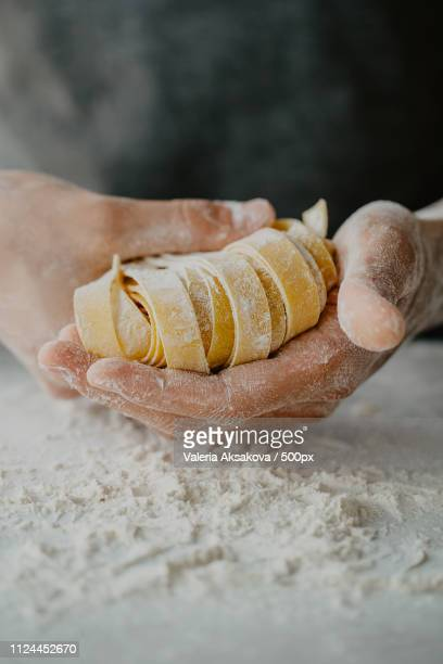 chef making traditional italian homemade pasta - genot stockfoto's en -beelden