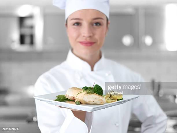 Chef, avec plat de poulet