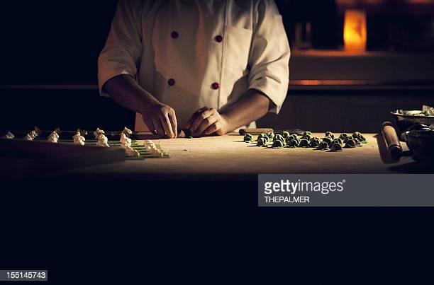 chef di preparare la pasta fatta a mano ripieno