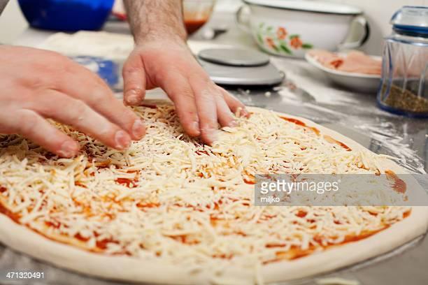 Chefkoch bereitet eine hausgemachte pizza in der Küche