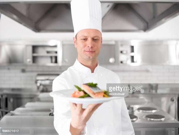 Küchenchef präsentiert Lachs Platte.