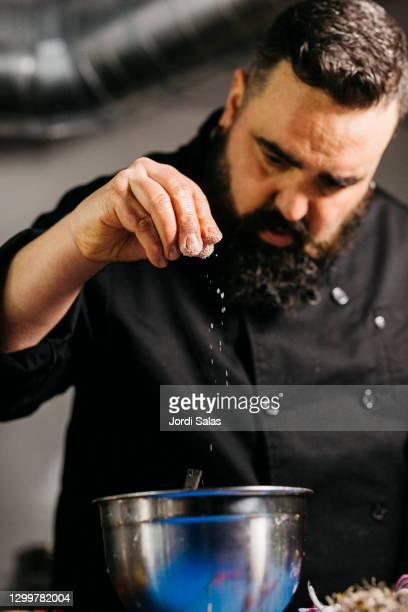 chef salting food - sal de cozinha - fotografias e filmes do acervo