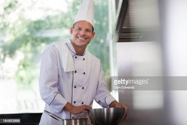 Chef lächelnd in Restaurantküche