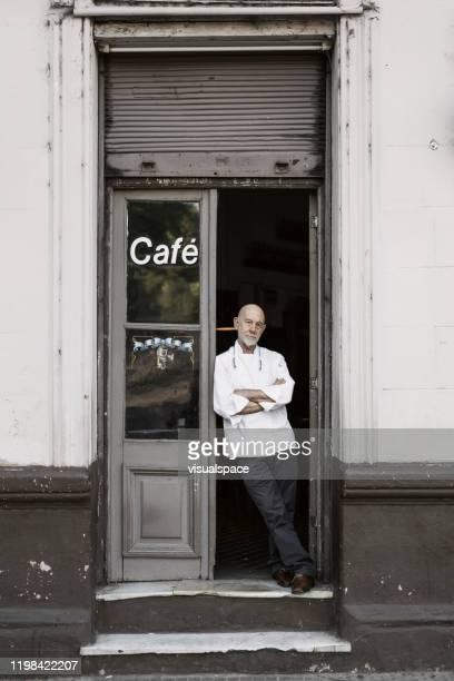 chef de pé na porta do restaurante. - argentina - fotografias e filmes do acervo
