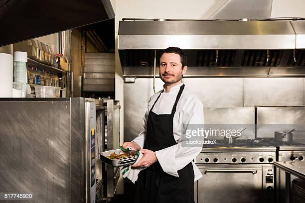 Koch Arbeiten in einer gewerblichen Küche