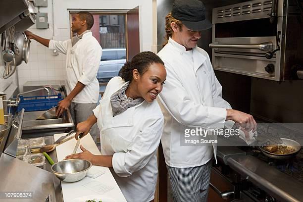 Chefkoch arbeitet in Gewerbliche Küche