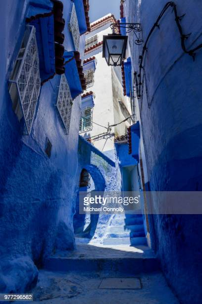 chefchaouen alley with blue buildings, chefchaouen, chefchaouen, morocco - chefchaouen photos et images de collection