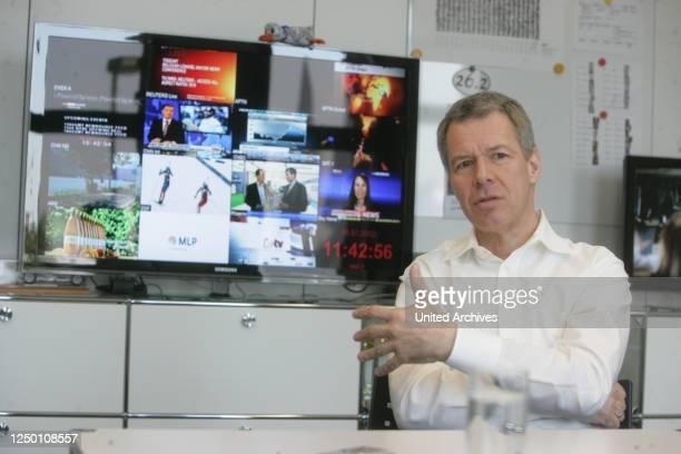 Chefredakteur Peter Kloeppel im Gespräch an seinem Arbeitsplatz in seiner Redaktion in Köln-Deutz.