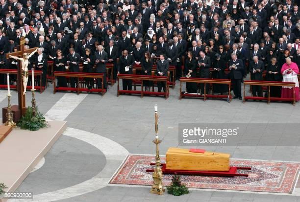 Chefs d'états et personnalités lors des cérémonie funéraires du Pape JeanPaul II au Vatican le 8 avril 2005 Rome Italie