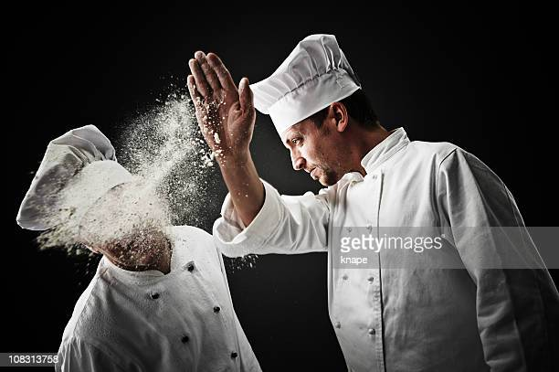 Köche, die mit Essen werfen
