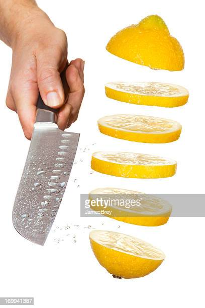 Chefkoch Messer Schneiden dünner Zitronen in der Luft schwebend