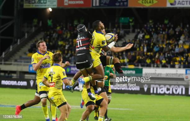 Cheikh TIBERGHIEN of Clermont and Cheslin KOLBE of Toulouse during the Top 14 match between ASM Clermont and Stade Toulousain at Parc des Sport...
