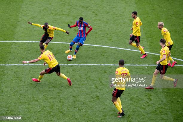 Cheikhou Kouyate of Crystal Palace control ball around Étienne Capoue Adam Masina Christian Kabasele Roberto Pereyra Craig Cathart Ismaila Sarr of...