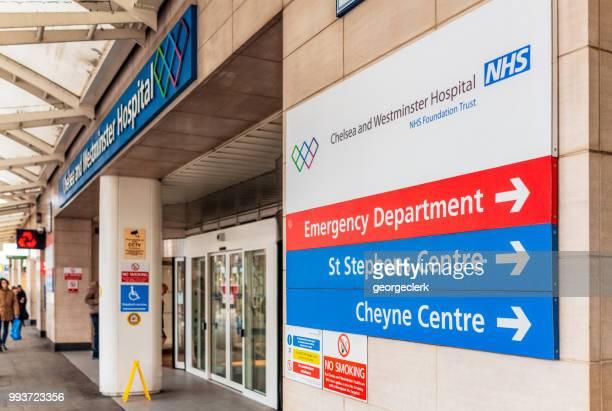 chelsea and westminster nhs hospital in london - sinal de emergência informação imagens e fotografias de stock