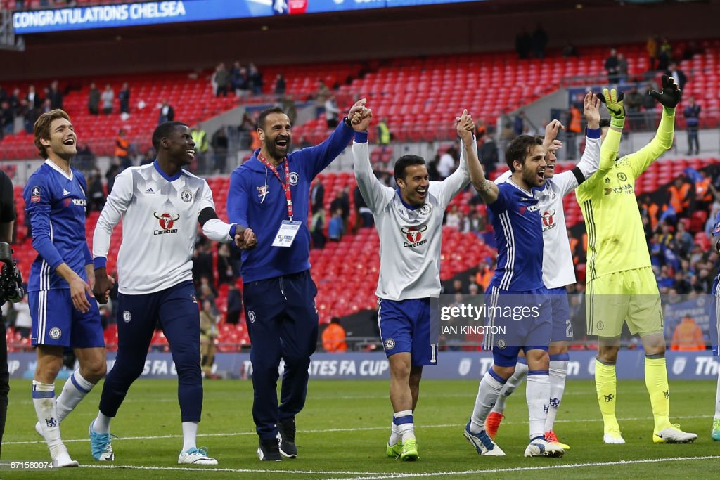 Chelsea celebrate victory after the FA Cup semi-final football match between Tottenham Hotspur and Chelsea at Wembley stadium in London on April 22, 2017. / AFP PHOTO / Ian KINGTON / NOT