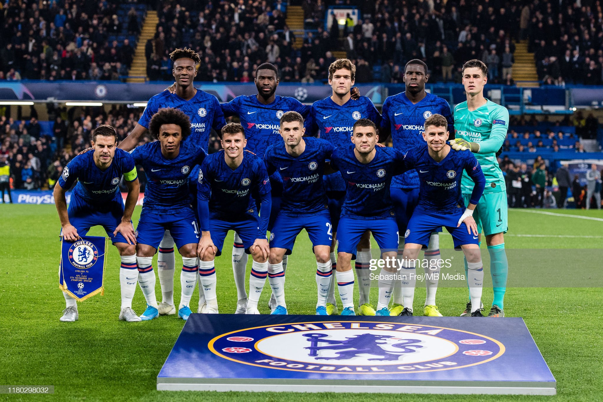 ¿Cuánto mide Tammy Abraham? - Altura - Real height Chelsea-fc-team-pose-for-team-photo-from-top-left-tammy-abraham-picture-id1180298032?s=2048x2048