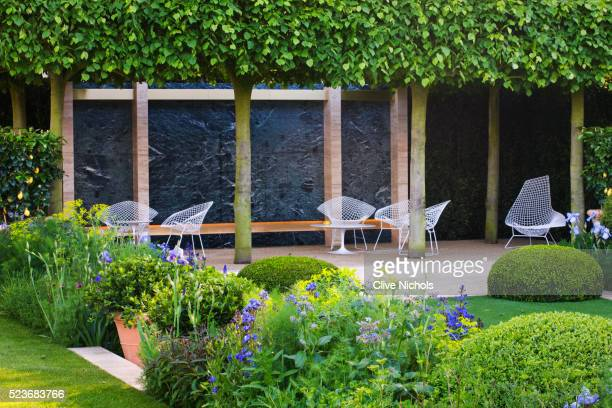 chelsea flower show 2014: telegraph garden - italian garden by del buono gazerwitz - chairs on terr - chelsea flower show stock pictures, royalty-free photos & images