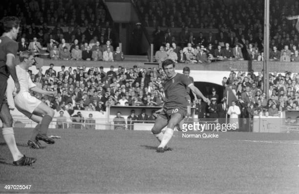 Chelsea Football Club captain Terry Venables in action on the pitch during a match against Leeds United Football Club England 1964