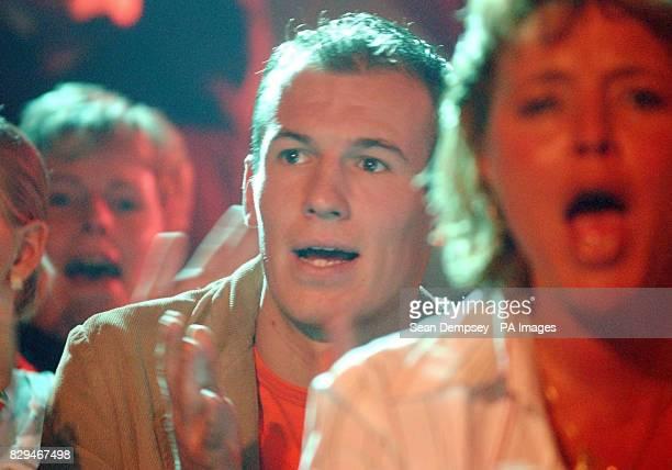 Chelsea footballer Arjen Robben cheers on his Dutch compatriot Raymond van Barneveld
