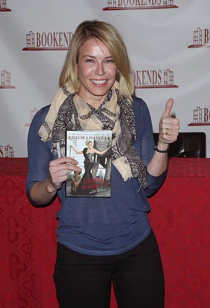 chelsea handler signs copies of uganda be kidding me の写真および